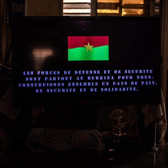 Un spot publicitaire en l'honneur des soldats burkinabè diffusé à la télévision dans le salon de Bibata Zida où des femmes de militaires regroupées en coordination se retrouvent parfois.