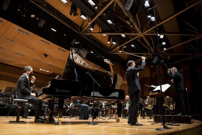 L'orchestre Les Siècles, avec Bertrand Chamayou (piano) et Renaud Capuçon (violon) sous la direction de François-Xavier Roth, le 3 avril à Monte-Carlo (Monaco), dans le cadre du festival Printemps des arts.