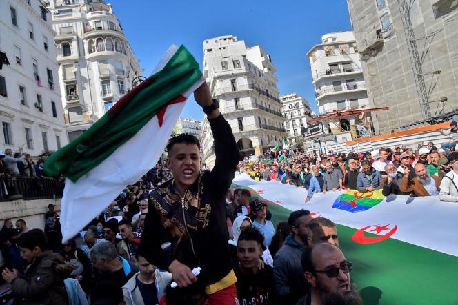 Los argelinos participaron en una marcha de Hirak, un movimiento a favor de la democracia, en Argel, en marzo de 2021.