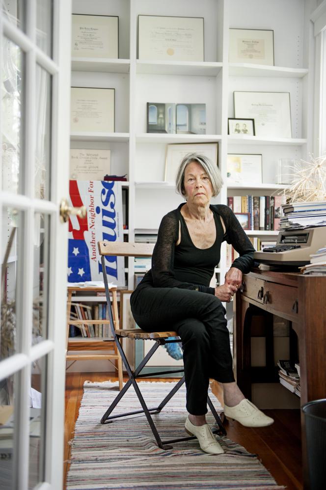 La poète américaine Louise Glück, chez elle à Cambridge (Massachusetts), en 2014.