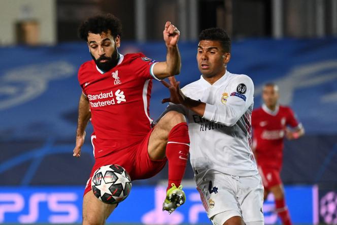 El delantero egipcio Mohamed Salah (izquierda) y el centrocampista brasileño Casemiro en el partido de ida de los cuartos de final de la Liga de Campeones entre Real Madrid y Liverpool en el estadio Alfredo di Stefano de Valdebebas, en las afueras de Madrid, el 6 de abril.