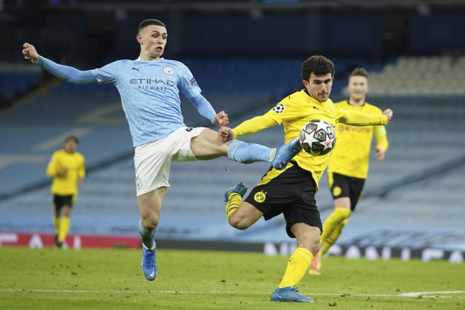 Phil Foden del Manchester City (izquierda) y Mateu Morey del Borrussia Dortmund en el partido de ida de cuartos de final de la Liga de Campeones en el Etihad Stadium de Manchester el 6 de abril.