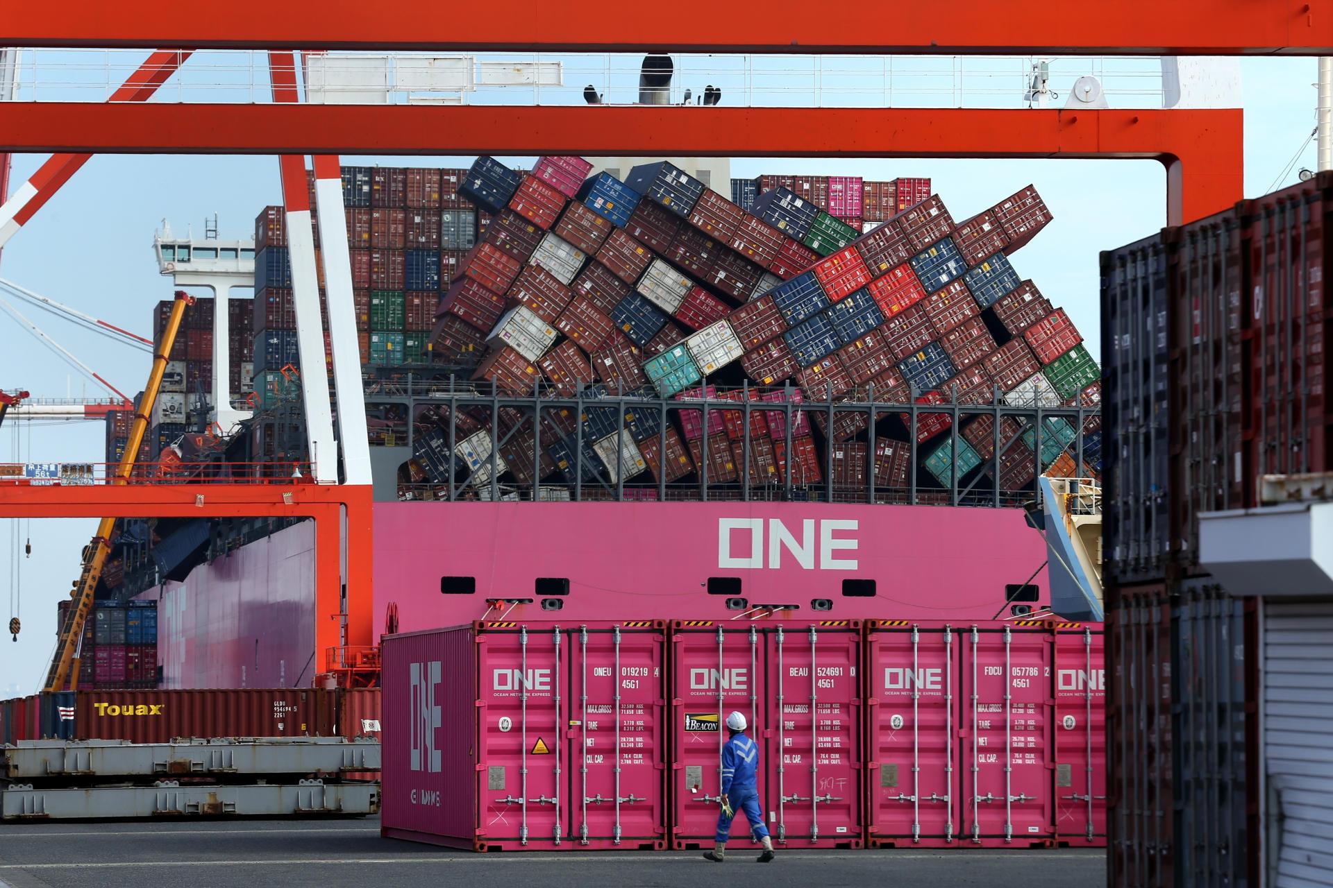 Le porte-conteneurs «One Apus», dans le port de Kobé (Japon), le 10 décembre 2020, dix jours après avoir été frappé par un violent orage dans le Pacifique Nord.