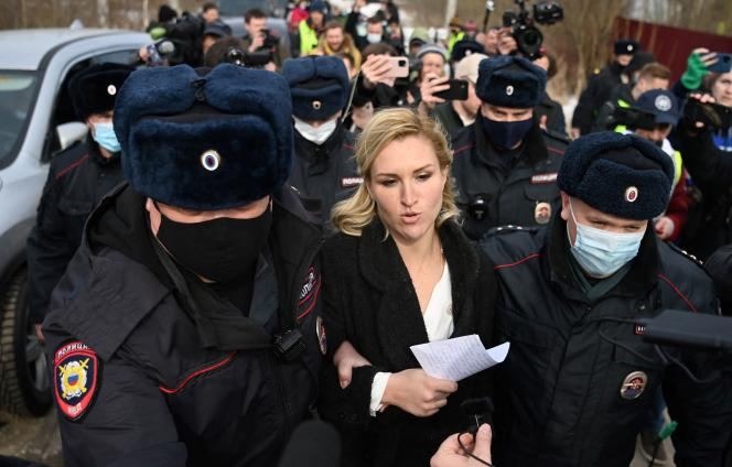 Anastasia Vassilieva, médico de Alexeï Navalny, el 6 de abril, frente al campo de Pokrov, donde está encarcelado el oponente ruso.  La joven fue arrestada.