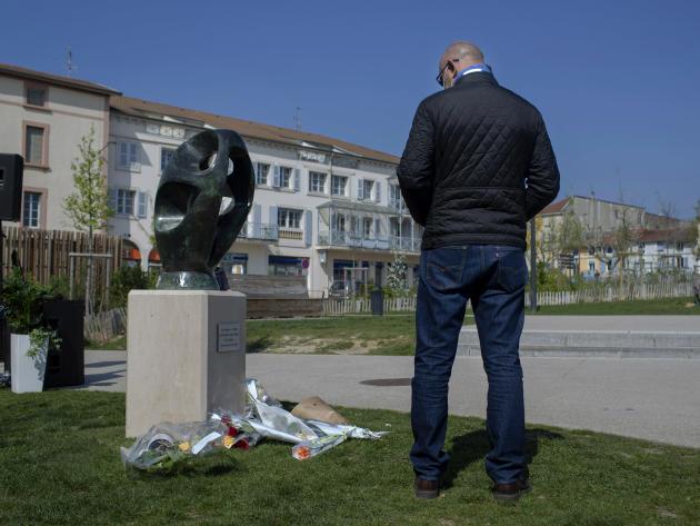Une statue du sculpteur local Toros, en hommage aux victimes de l'attentat, le 3 avril àRomans-sur-Isère (Drôme).