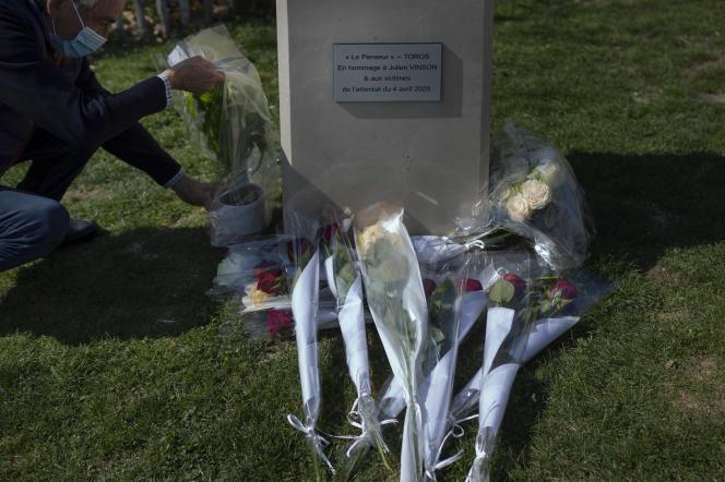 Dépôt de fleurs devant la plaque commémorative en hommage aux victimes de l'attentat de Romans-sur-Isère (Drôme), le 3 avril 2021.