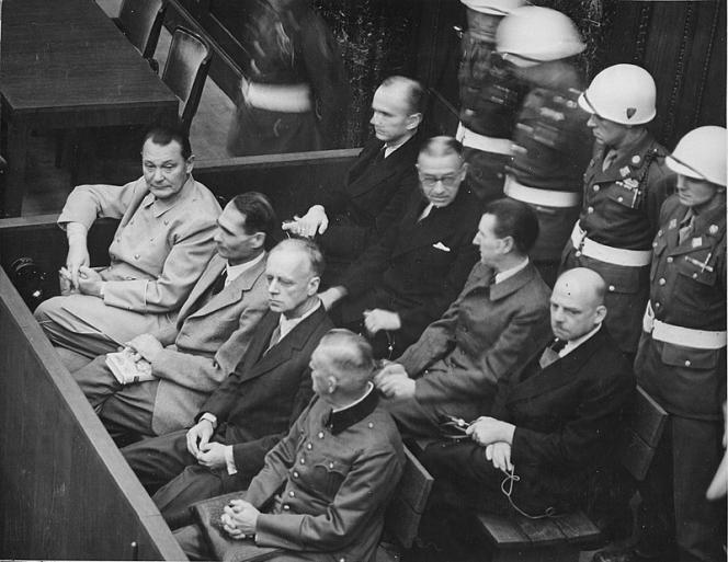 Les accusés du procès de Nuremberg : de gauche à droite, au premier rang, Göring, Hess, Ribbentrop.