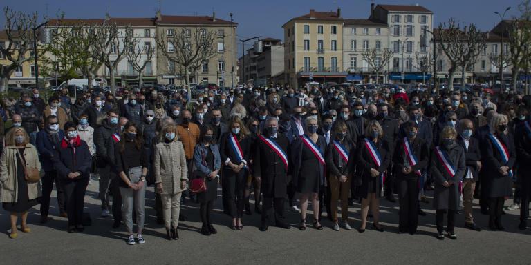 Une Plusieurs centaines de personnes, masquées, étaient présentes pour la cérémonie d'hommage aux victimes. AU prmeier rang, les élus locaux. Romans su Isère, le 3 avril 2021.