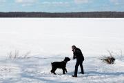 Gérard Fuentes, devant la rivière gelée des Outaouais, près de son chalet, à une heure de route de Montréal, le 9 mars.