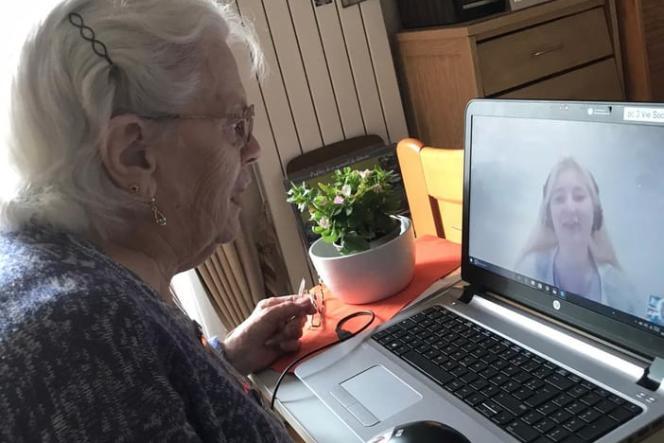 Pierrette discute avec Millie Jacoby, étudiante britannique qui apprend le français avec le programme ShareAmi.