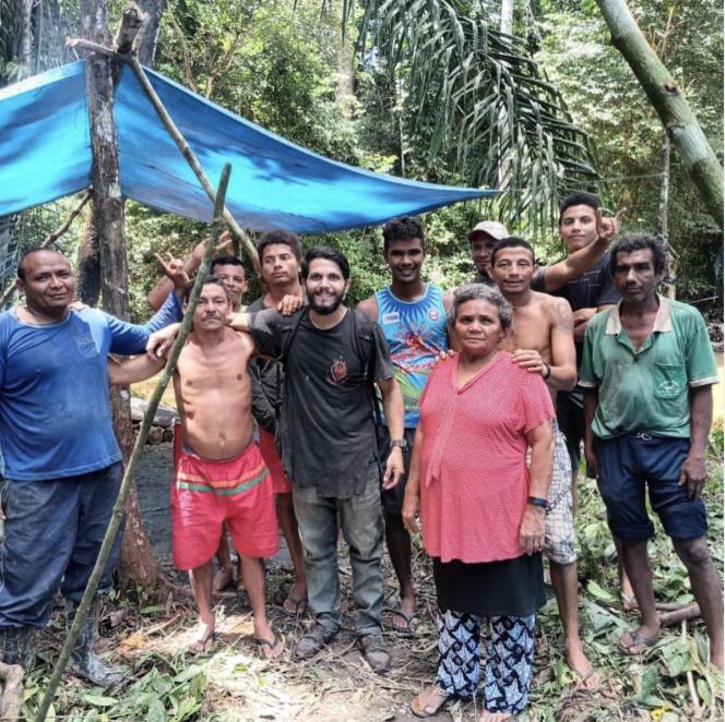 Le pilote Antonio Sena (au centre), au début du mois de mars, avec les cueilleurs de noix qui l'ont recueilli, dans l'Etat du Para, au Brésil.