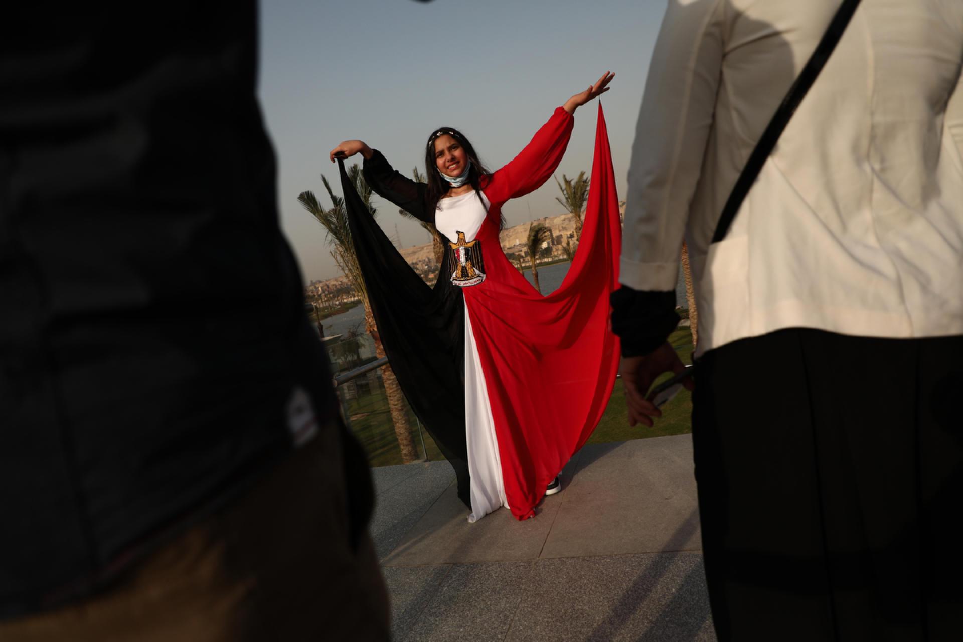Une jeune fille porte une robe aux couleurs de l'Egypte sur le parvis du nouveau Musée national de la civilisation égyptienne, auCaire, le 4 avril 2021.