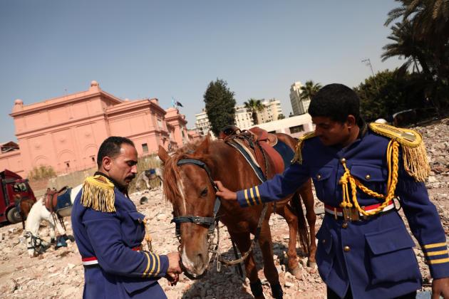 La garde présidentielle prépare les chevaux de la parade, le 3 avril 2021, au Caire.