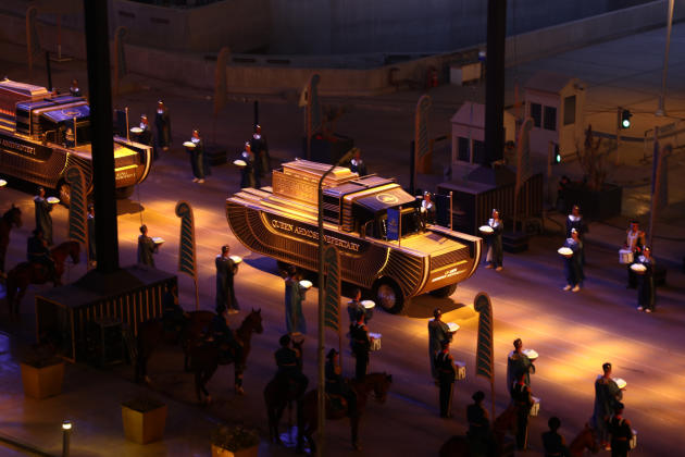 Les chars défilent dans l'ordre chronologique des règnes des rois qu'ils transportent au Caire, le 3 avril 2021.