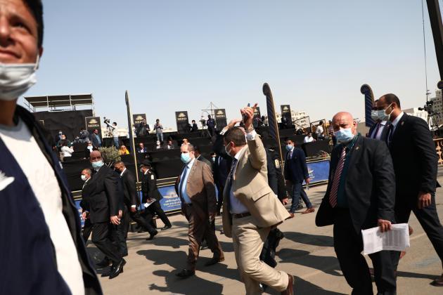 Une délégation officielle inspecte la mise en place de la parade avant son commencement, au Caire, 3 avril 2021.