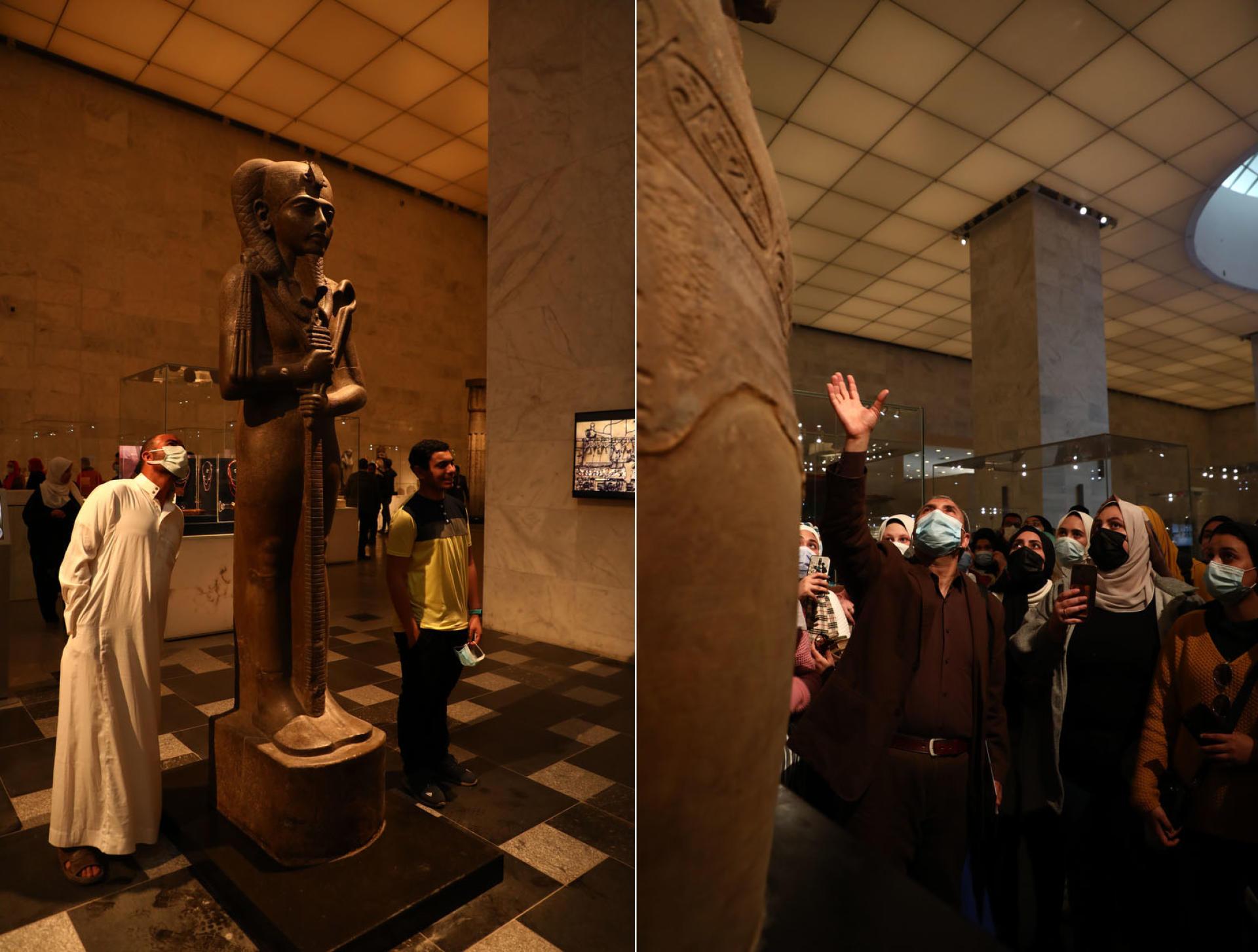 Les visiteurs examinent une statue de granit de Khonsu, l'ancien dieu égyptien de la Lune (à gauche), et les étudiants du département des antiquités de l'Université de Zagazig écoutent les commentaires sur le buste du roi Akhenaton (à droite), au Musée national de la civilisation égyptienne du Caire,le 4 avril 2021.