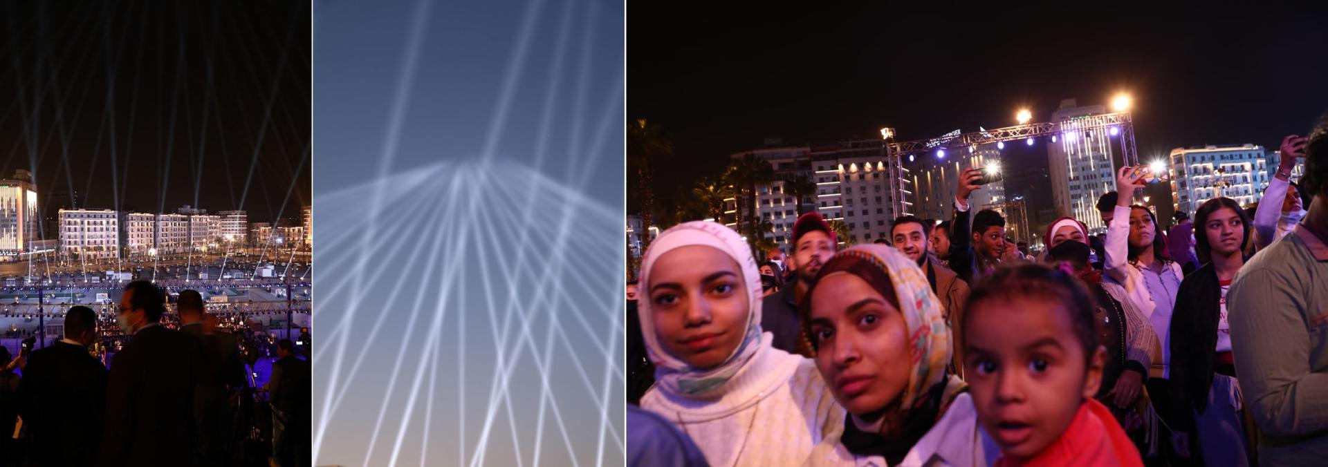 Les journalistes et quelques badauds assistent à la cérémonie autour de la place Tahrir du Caire, illuminée pour l'occasion, le 3 avril 2021.
