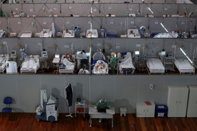 Un hôpital de campagne installé pour des patients atteints du Covid-19, dans un gymnase, à Santo Andre, près de Sao Paulo, au Brésil, mercredi 7 avril.