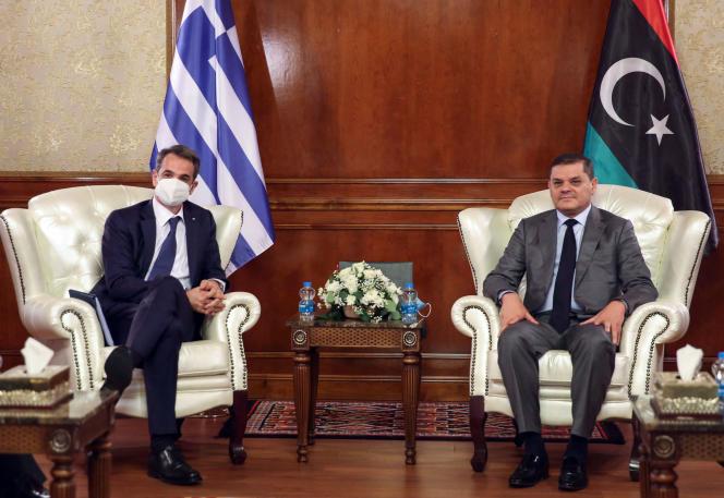 Le premier ministre libyen, Abdelhamid Dbeibah, et son homologue grec, Kyriakos Mitsotakis, le 6 avril à Tripoli.