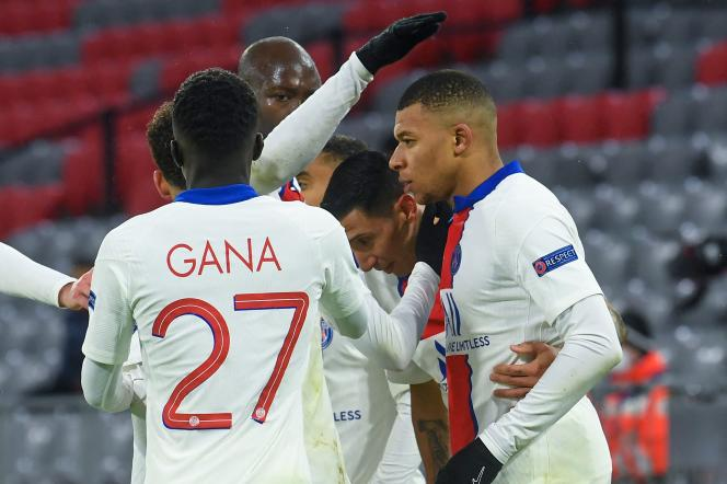 PSG players congratulate Kylian Mbappé after his second goal against Bayern, in Munich (Germany), on April 7.
