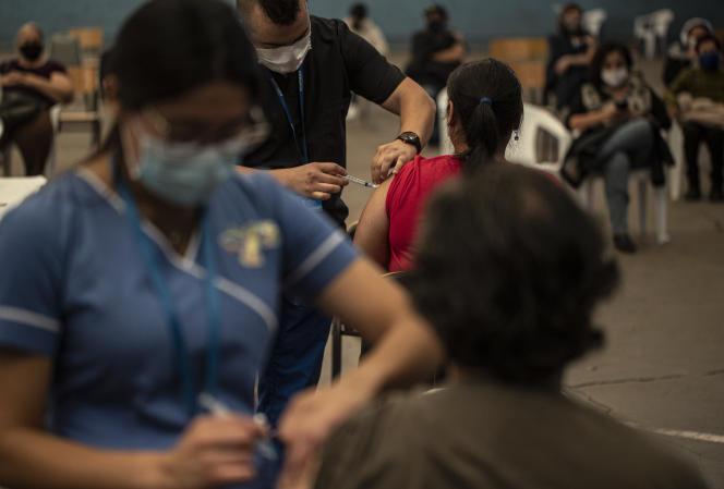 Des personnes se font innoculer le vaccin Pfizer dans le centre sportif Jose Manuel Lopez à Santiago, au Chili, le mercredi 7 avril 2021.