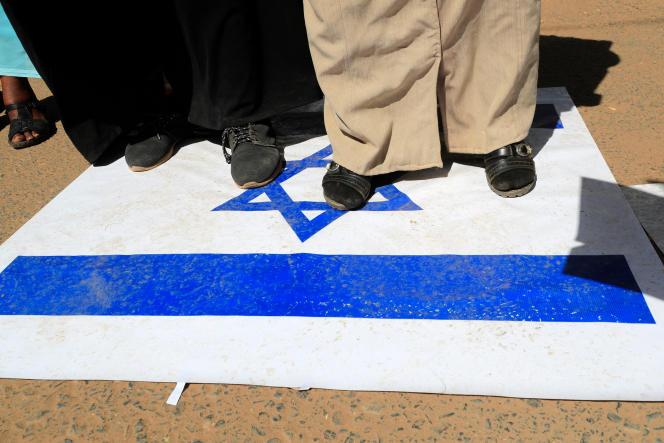 Des manifestants soudanais piétinent le drapeau israélien, à Khartoum, le 17janvier 2021.