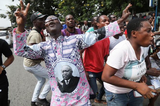 Des partisans de l'ancien président ivoirien Laurent Gbagbo réagissent après son acquittement définitif par la CPI, à Abidjan le 31 mars 2021.
