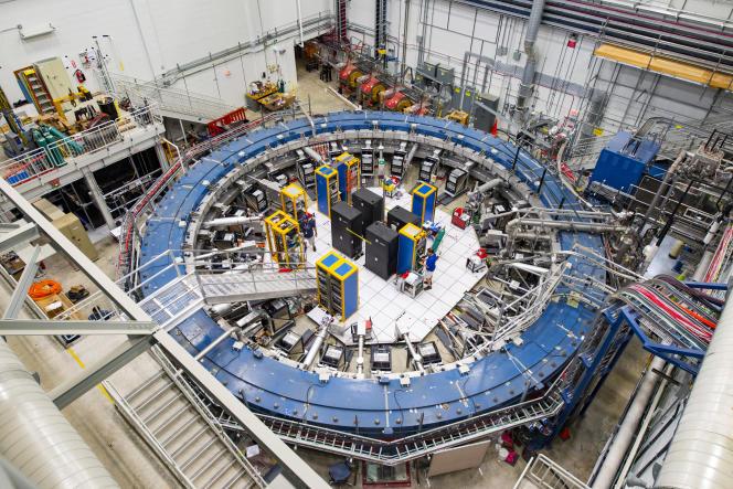 L'anneau Muon g-2 permet d'étudier la précession (ou oscillation) des muons lorsqu'ils traversent le champ magnétique.