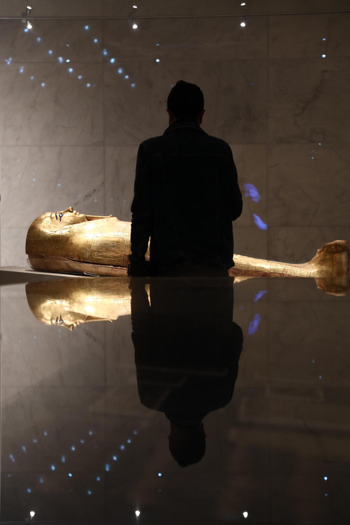 Le cercueil vieux de 2 100 ans du prêtre appelé Nedjemankh, à l'intérieur du Musée national de la civilisation égyptienne récemment ouvert sur le site archéologique d'El-Fustat, au Caire, le 4 avril 2021.
