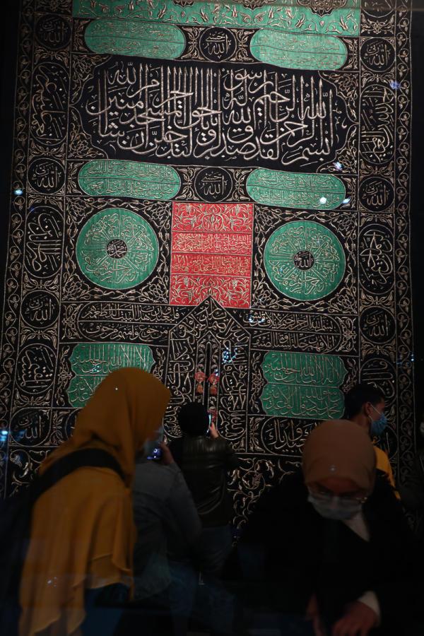 Une étoffe monumentale brodée à la main en provenance de la Kabaa (l'édifice au centre le mosquée de La Mecque, le lieu le plus sacré de l'islam) est exposé pour l'occasion, au Caire, le 4 avril 2021.