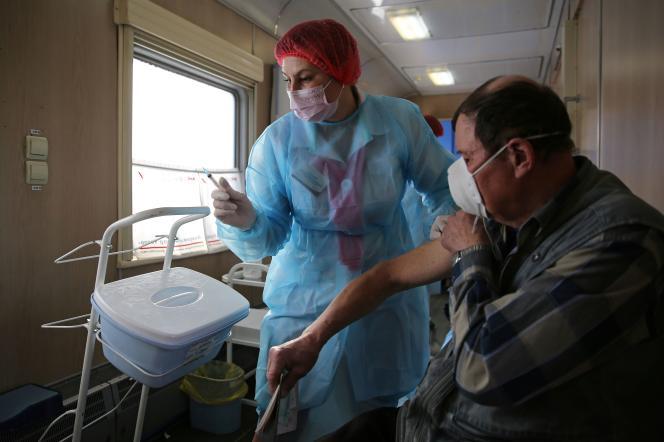 Une infirmière administre le vaccin Spoutnik V dans un train médical, àTouloun (Russie), le 16 mars.