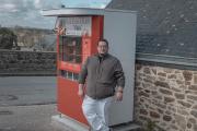 Le boulander Nicolas Lattay recharge le distributeur automatique de pain à Mont-Dol.