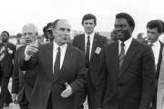 Le président français François Mitterrand et son homologue rwandais Juvénal Habyarimana, à Kigali le 10 décembre 1984.