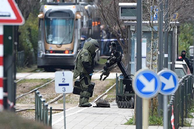Un démineur opère sur un colis suspect, à Bruxelles, le 25 mars 2016, après l'arrestation deReda Kriket, la veille à Paris.