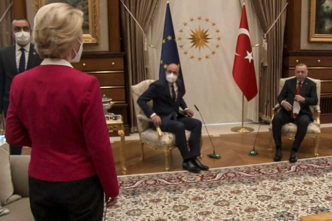 Ursula von der Leyen s'était aperçue que seuls deux fauteuils avaient été installés, pour Charles Michel et Recep Tayyip Erdogan.