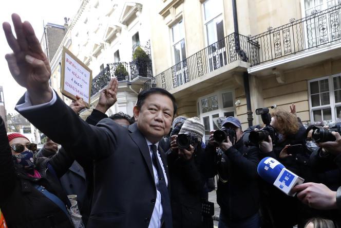 Kyaw Zwar Minn, le 8 avril 2021 devant l'ambassade de Birmanie à Londres.