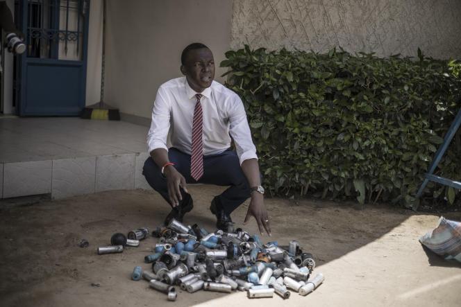 Le 8avril 2021 à N'Djamena, l'opposant tchadien Succès Masra montre les cartouches de gaz lacrymogène et les grenades assourdissantes lancées par les forces de l'ordre pour disperser un rassemblement de son parti.