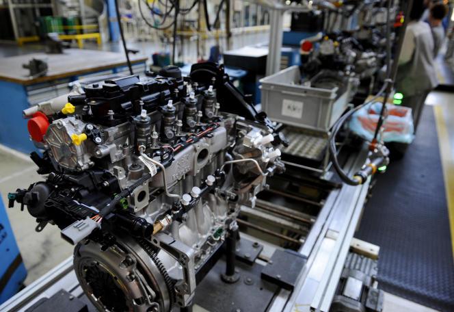 Des employés travaillent sur une chaîne de montage de moteurs diesel à l'usine PSA Trémery (Moselle), en 2019.