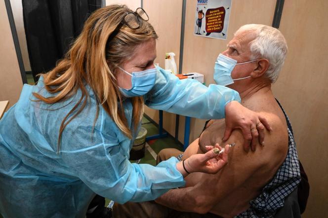 Vaccination contre le Covid-19 à Vailhauquès (Hérault), le 8 avril.