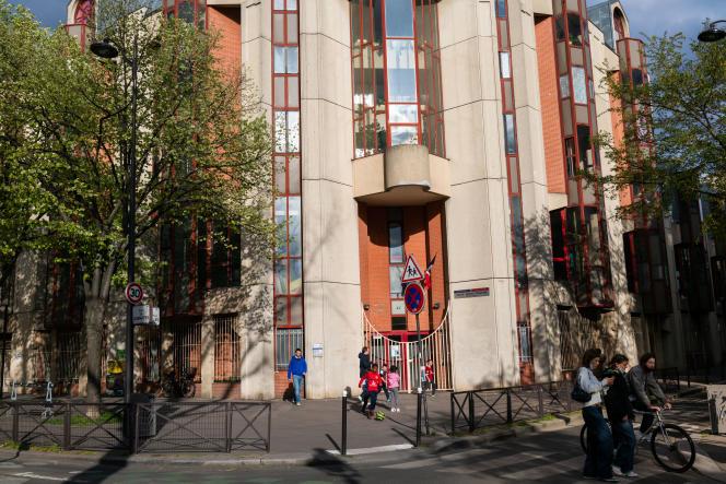 Devant l'école maternelle Hôpital Saint-Louis dans le 10e arrondissement de Paris, le 7 avril.