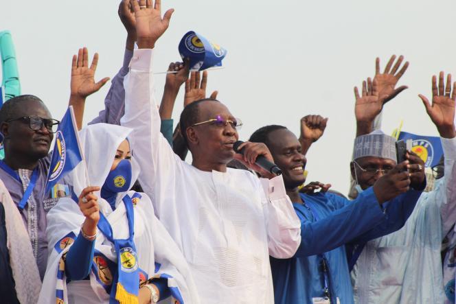 Le président tchadien, Idriss Déby (au centre), salue ses partisans lors d'un meeting à N'Djamena, le 13 mars 2021.