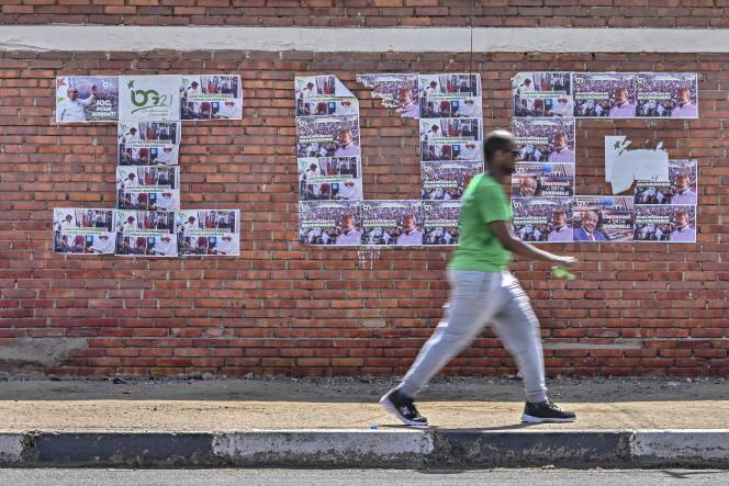 Des affiches de campagne reproduisent les initiales du président Ismaïl Omar Guelleh, à Djibouti, le 8avril 2021.