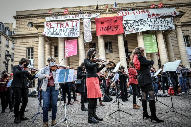 Concert devant l'Odéon-Théâtre de l'Europe,le 27 mars 2021, à Paris. Les intermittents du spectacle manifestent contre la réforme de l'assurance-chômage, qui doit entrer en vigueur au 1er juillet.