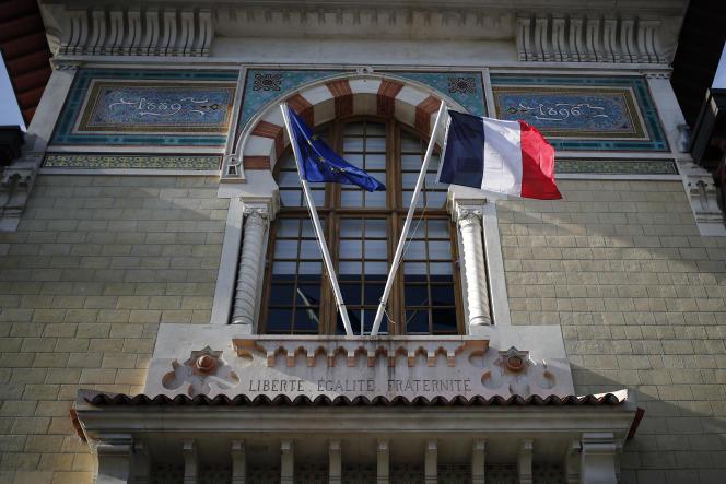 Jeudi 11 février 2021, des drapeaux européens et français flottent à l'entrée de l'Ecole nationale d'administration, à Paris.