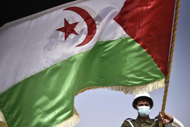 Un combattant du Front Polisario brandit le drapeau saharoui lors de la célébration du 45eanniversaire de la proclamation de la RASD, à Tindouf, en Algérie, le 27février 2021.