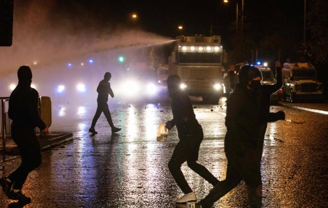 Des policiers utilisent des canons à eau contre les manifestants à Belfast, jeudi 8 avril.
