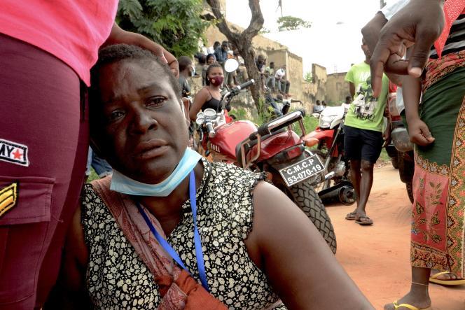 Une femme ayant fui Palma par bateau, avec un millier d'autre passagers, à son arrivée à Pemba, au Mozambique, le 1er avril.
