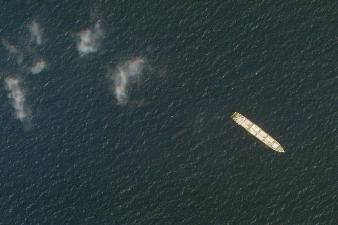 Le cargo iranien « Saviz», dans la mer Rouge, au large du Yémen, le 1er octobre 2020. Considéré comme une base pour les gardiens de la révolution, il a été attaqué le mardi 6 avril 2021.