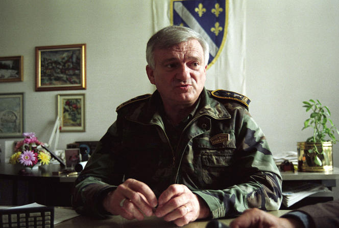 Jovan Divjak, dans son bureau, à Sarajevo, en 1995.