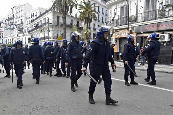 Des policiers algériens lors d'une manifestation du Hirak à Alger, le 9mars 2021.
